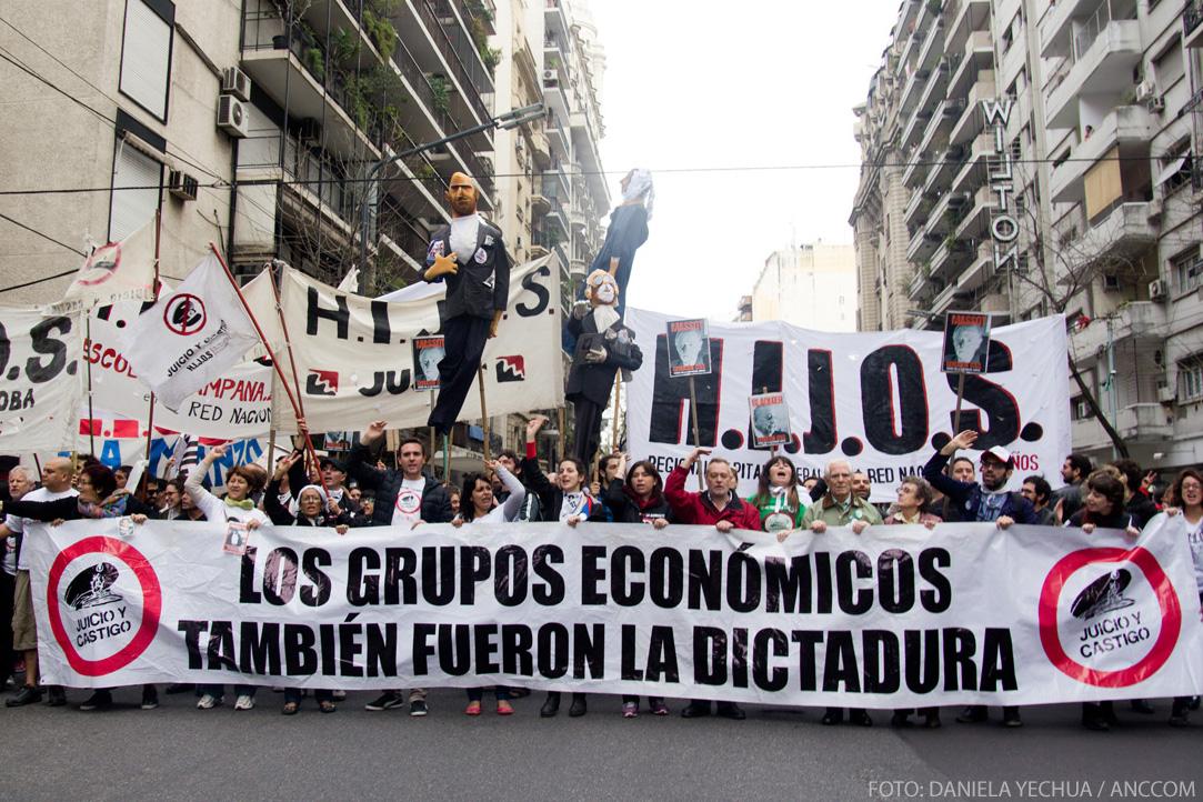 Marcha y Escrache de agrupación HIJOS a Massot y Blaquier. 23 de mayo de 2015, Ciudad de Buenos Aires. Foto: Daniela Yechúa / ANCCOM