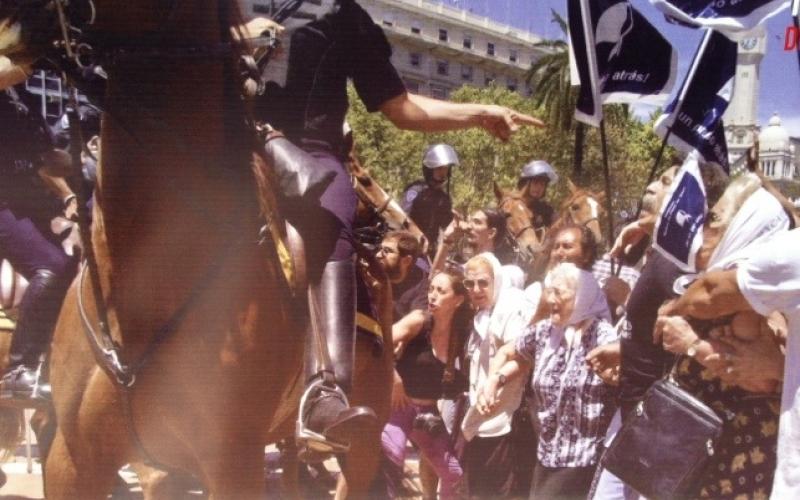 reprimieron a las madres de plaza de mayo, diciembre 2001