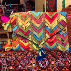 El sobre Kalu es símbolo de la marca desde los comienzos. En la actualidad lo siguen fabricando y lleva 16 hs de trabajo