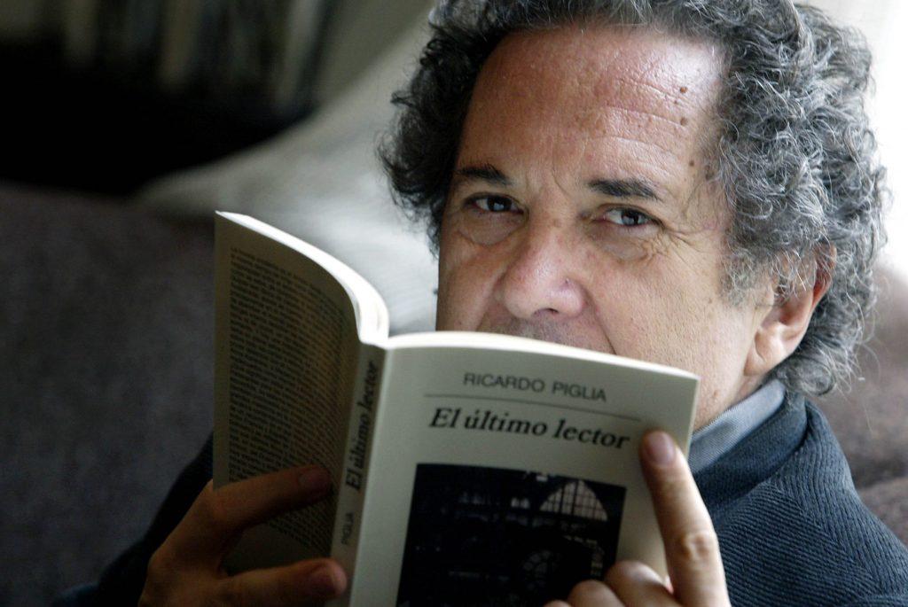 """06/04/2005.DIGITAL.Enviado por e-mail. El escritor Ricardo Piglia, ha presentado su libro """"El último lector"""". Barcelona. Foto:Susanna Sáez ÚLTIMO LIBRO DEL ARGENTINO PIGLIA JOAN SÁNCHEZ El argentino Ricardo Piglia con su última obra."""