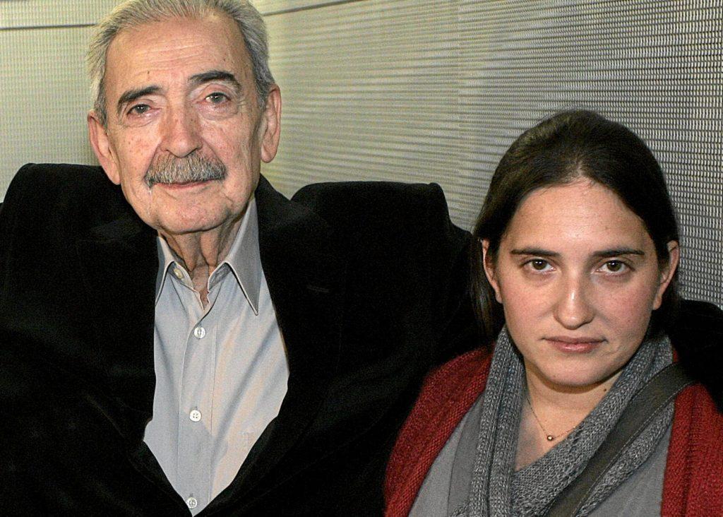 Juan Gelman con su nieta.